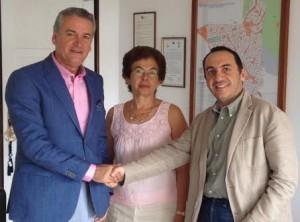 Ο Ε. Θωμόπουλος, διευθύνων σύμβουλος της ΑΘΗΝΑΪΚΗΣ MEDICLINIC και ο Σ. Πανάς, δήμαρχος Βάρης-Βούλας-Βουλιαγμένης, με την ασφαλιστική σύμβουλο Β. Βιτάλη-Τσελαλίδου, που διαμεσολάβησε για τη συνεργασία.