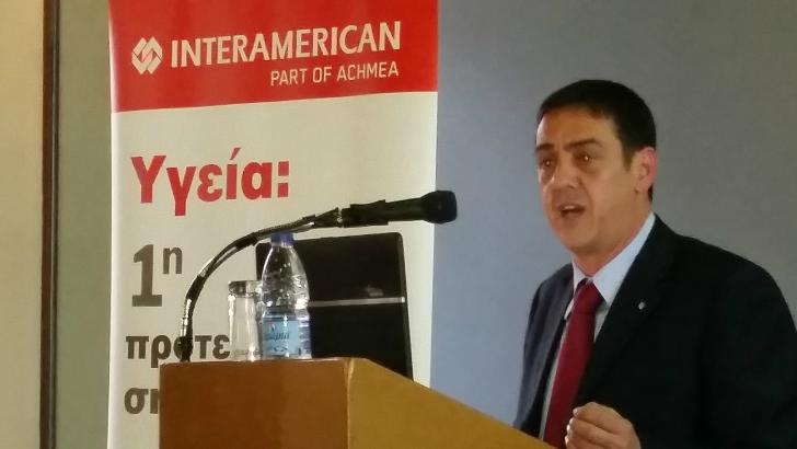 Ο Στάθης Λουραντάκης, περιφερειακός διευθυντής πωλήσεων της INTERAMERICAN στην Κρήτη, στο βήμα.
