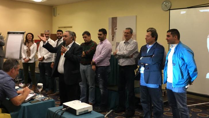 Ο κύριος Γιάννης Χατζηθεοδοσίου, Πρόεδρος & Διευθύνων Σύμβουλος της MEGA BROKERS,μιλώντας στους συνεργάτες της εταιρίας