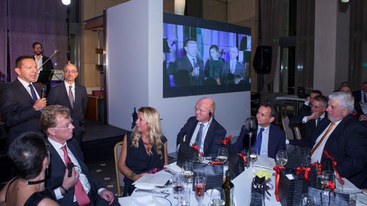 Ο Πρόεδρος της ACHMEA Willem van Duin υποδέχεται τον Διοικητή της Τράπεζας της Ελλάδος Γιάννη Στουρνάρα. Διακρίνονται και οι Γιώργος Κώτσαλος και ο Uco Vegter, επικεφαλής του Division International της ACHMEA.